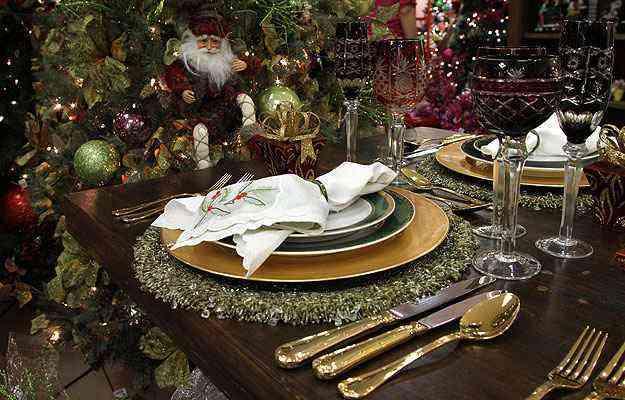 Guardanapos em linho branco bordado à mão com detalhes natalinos. Taças vermelhas sangue de boi com aplicação de desenhos  - Angelo Pettinati/Esp.EM
