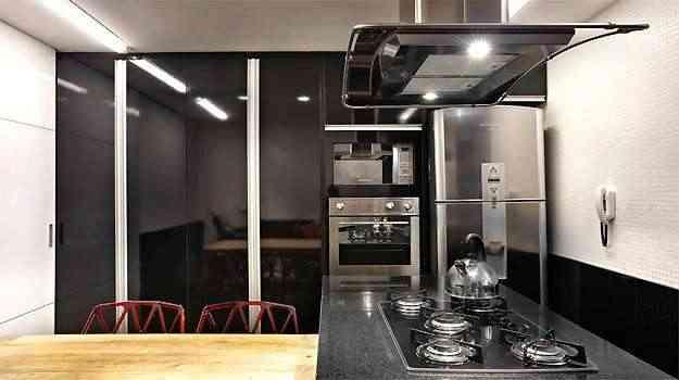A arquiteta Fernanda Sperb desenvolveu o projeto para cozinha com o granito preto combinando eletrodomésticos de aço inox e madeira - Arquivo Pessoal