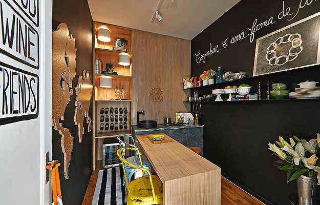 No ambiente Ateliê da Chef, da Casa Cor MG 2013, a iluminação foi o principal recurso para dar amplitude ao pequeno espaço  - Jomar Bragança/Divulgação