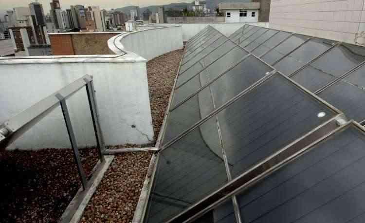 Placas fotovoltaicas são uma opção que as pessoas têm levado em conta ao construir ou reformar suas casas - Juarez Rodrigues/EM/D.A Press - 16/5/9