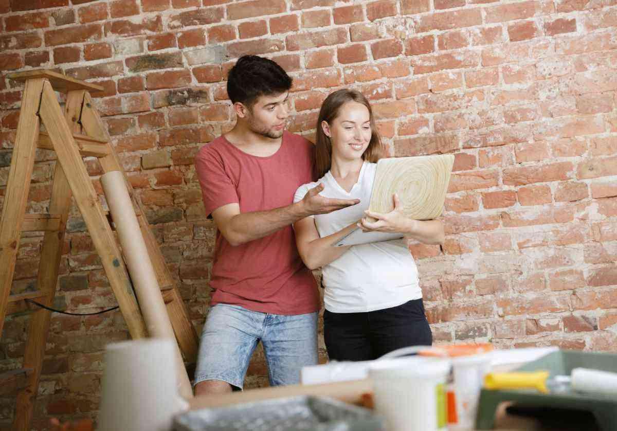Saiba como aplicar papel e adesivo de parede - Freepik