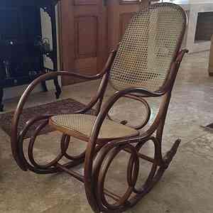 Na sala da casa do professor universitário Cristiano Machado, a cadeira de balanço é herança da mãe e lembra todo o carinho de uma família - Cristiano Machado/Arquivo Pessoal