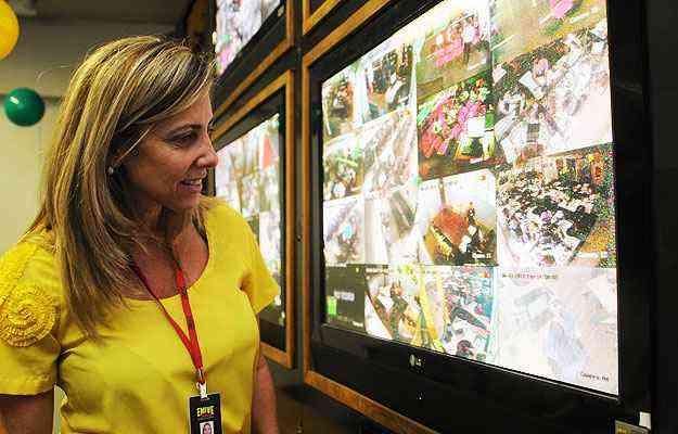 Gerente de marketing da Emive, Luciana Vilhena exibe o sistema de monitoramento na sede da empresa - Túlio Santos/EM/D.A Press
