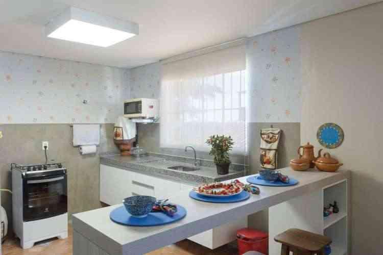 A cozinha ganhou uma nova bancada e os revestimentos foram trocados, além do acabamento cimentício nas paredes - Osvaldo Castro/Divulgação