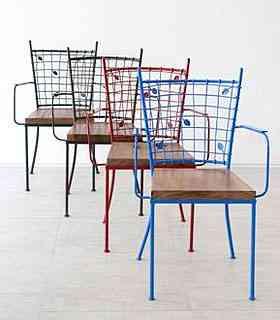 Designer: Monica Cintra. Material: Aço e madeira canela bruta. Medidas: 57 cm x 67 cm x 90 cm. Cores: Verde, Vermelha e Azul. Preço (cada): R$ 700  - Divulgação