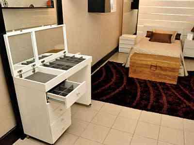 Nos quartos, penteadeiras, baús e espaços embaixo das camas para guardar objetos são fundamentais para os moradores - Eduardo Almeida/RA Studio