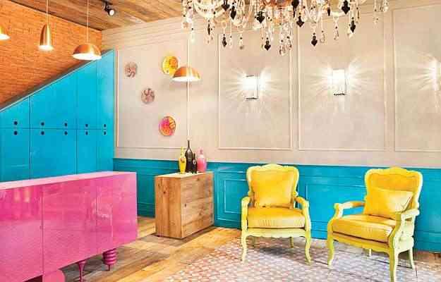 No ambiente de Gislaine Seccato para uma mostra de design, destaque para as poltronas clássicas repaginadas em amarelo - Divulgação