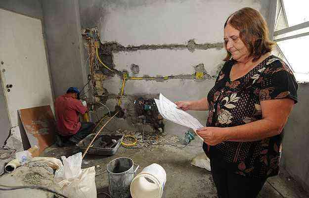 A engenheira Márcia Rezende administra obra no Bairro Santo Antônio, na capital, e diz que alguns procedimentos devem ser evitados em dias de muita umidade  - Beto Novaes/EM/D.A Press