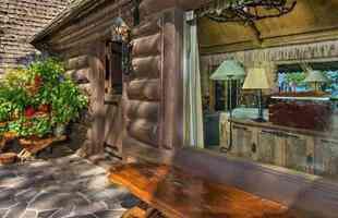 Casa do famoso aviador Howard Hughes está à venda por R$ 43 milhões. O retiro do homem que foi um dos mais ricos do mundo e inspirou filme de sucesso é a nova oferta do mercado imobiliário nos Estados Unidos