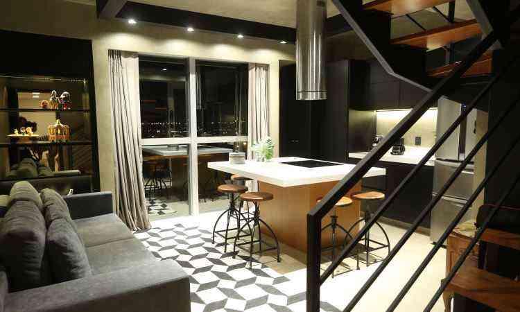 Revestimento microcim foi usado no piso, na parede e no teto, além da cor preta na estrutura metálica da escada e da iluminação - Rafaela Felicciano/Divulgação