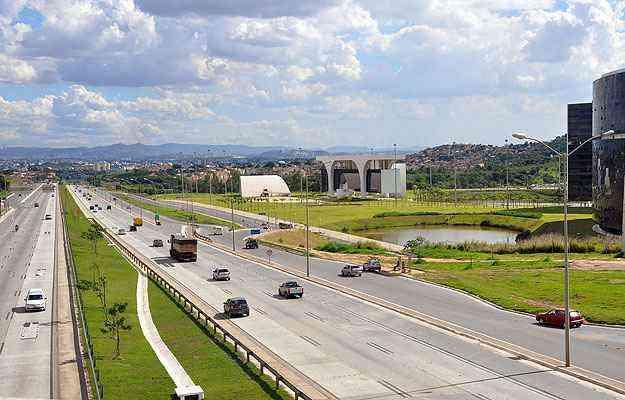 Duplicação da MG-010, a chamada Linha Verde; construção da Cidade Administrativa (D); e reativação do Aeroporto Internacional Tancredo Neves deram novo gás para o desenvolvimento da região - Eduardo de Almeida/RA Studio