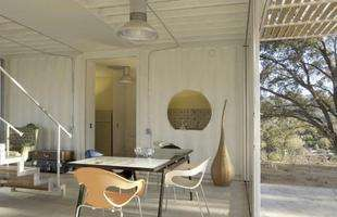 Arquitetos constroem casa usando 85% de materiais recicláveis, estruturada em contêineres. A morada sustentável de 160 m² foi montada em apenas 90 dias