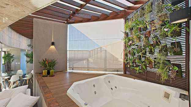 Jardim vertical, proposto pela arquiteta Marina Dubal, deixa os usuários da banheira livres da curiosidade alheia - Henrique Queiroga/Divulgação