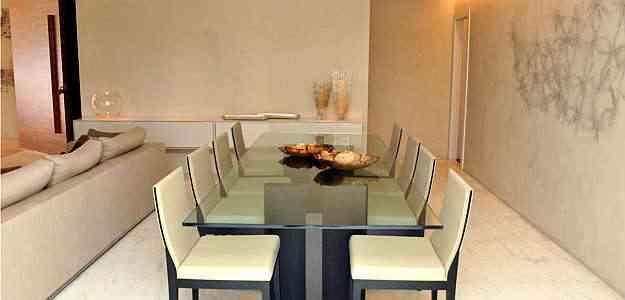 Sala de jantar com parede em stucco se destaca pela textura atemporal, em harmonia com os móveis - Eduardo Almeida/RA Studio