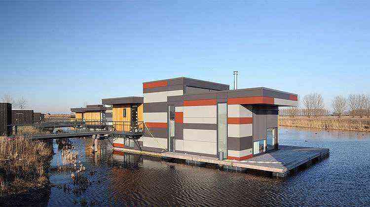 O conjunto 'Drijf in Lelystad' consiste em oito moradias flutuantes para uma comunidade de oito famílias em Lelystad, na Holanda - Divulgação