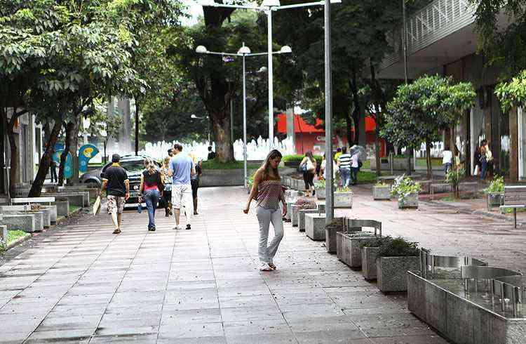 Ruas fechadas ao trânsito na Savassi estimulam a circulação de pedestres e o comércio - Rodrigo Clemente/EM/D.A Press - 22/12/13