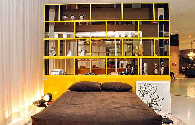 Ainda em 2010, os arquitetos Ana Bahia e Sílvio Todeschi já apostavam no amarelo, como neste ambiente de uma mostra de decoração em BH - Eduardo Almeida/RA Studio