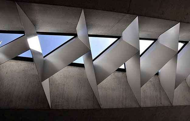 Toda a estrutura da praça foi feita de componentes de concreto pré-fabricados e com janelas em formatos geométricos - Divulgação/Balonas e Menano